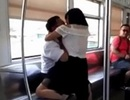 Cãi nhau với chồng, cô gái bất ngờ quay ra... cắn người xung quanh rồi thoát y