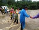 Nghệ An: Công an, đoàn viên dầm mưa dọn đường, vận chuyển tài sản giúp dân sau lũ