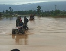 (Trực tiếp từ Lào): Các đoàn cứu trợ liên tục vào vùng rốn lũ