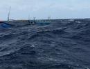 Tàu thủng đáy chìm tại cửa biển, 7 ngư dân bơi vào bờ thoát thân