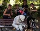 """Nhóm thiếu niên gây phẫn nộ vì hành hạ người tàn tật để chụp ảnh """"câu like"""""""