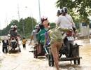 """Kiếm bộn từ dịch vụ """"cõng"""" xe máy qua đường ngập ở Hà Nội"""