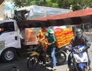 Xe tải chui gầm cầu, húc đổ thanh barie giới hạn chiều cao