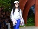 Con gái Vương Phi tự tin sải bước trên sàn diễn thời trang