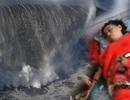 Người phụ nữ bất ngờ xuất hiện trên bờ sau hơn một năm bị sóng cuốn trôi