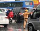 CSGT dầm mưa giải tỏa ùn tắc giữa giờ cao điểm