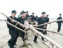 """Chiến sĩ công an mướt mồ hôi """"bới"""" rác làm sạch bãi biển"""