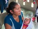 Bé 7 tháng tuổi choàng mở mắt trong vòng tay mẹ vào tang lễ của mình