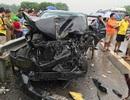 Xe khách lao qua dải phân cách đâm nát đầu ô tô con, nhiều người bị thương