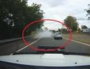 """Xôn xao clip """"xe ma"""" bất ngờ biến mất trên đường sau làn khói trắng"""