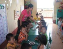Đãi ngộ giáo viên MN: Nhiều cô giáo đã phải gom từng cọng rau sống qua ngày