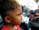 Sốc với bé 2 tuổi được mẹ cho phì phèo mỗi ngày 40 điếu thuốc lá