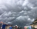 """Kinh hãi cảnh """"bầu trời sụp đổ"""" ở Hà Nội trước cơn mưa"""