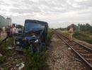 Tàu hỏa tông ô tô tải nát bét, tài xế và phụ xe văng ra ngoài
