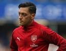 """Vì sao Mesut Ozil bỗng dưng """"mất tích"""" trong chiến thắng của Arsenal?"""