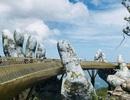 """Du khách thích thú """"check-in"""" với cây cầu hình bàn tay gây """"sốt"""" ở Đà Nẵng"""