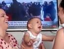 Màn chọc ghẹo của hai bà mẹ song sinh khiến em bé khóc dở mếu dở