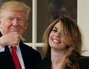 Cựu trợ lý xinh đẹp của ông Trump bất ngờ có mặt trên chuyên cơ Không Lực Một