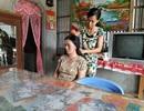 Nữ sinh chăm mẹ mù… đành bỏ đại học vì nhà quá nghèo
