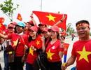 Rực sắc đỏ của cổ động viên Việt Nam tại sân Pakansari