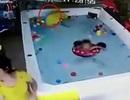 Mải nhắn tin, mẹ để con gái đuối nước trong bể bơi mừng sinh nhật 1 tuổi