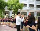 Màn chào hỏi ấn tượng của thầy Hiệu trưởng với học sinh lớp 1 và lớp 6