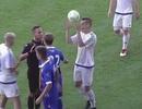Cầu thủ tự đập bóng vào đầu rồi… ăn vạ