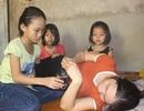 Ba đứa trẻ mồ côi bố cầu mong mẹ khỏi bệnh để được... tới trường