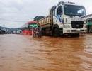 Mưa lớn nước tràn qua đường, một thanh niên bị cuốn trôi xuống cống