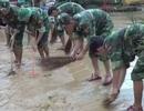 Lũ rút, bùn đất phủ kín nhiều trường học, bộ đội giúp giáo viên dọn dẹp