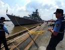Tàu Hải quân Ấn Độ treo cờ rủ khi cập cảng Nhà Rồng