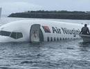 Máy bay chở 47 người mất đà, lao xuống biển