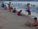 Nha Trang: Ngày cuối cùng dịp lễ, bãi biển vẫn đông nghịt người