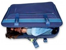 Tá hỏa phát hiện cô gái trốn trong vali để vượt biên trái phép