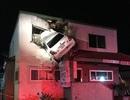Ô tô mất lái từ đường đâm vào... tầng 2 tòa nhà cao tầng