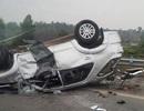 Xe Fortuner chở 6 người lật ngửa trên cao tốc Nội Bài - Lào Cai
