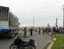Xe máy bị cuốn vào gầm xe tải, 2 vợ chồng thương vong