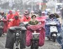 """Tuyết rơi dày đặc, phụ nữ Trung Quốc """"ủ chăn bông"""" ra đường"""
