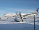 """Canada lạnh -30 độ C, máy bay """"chôn chân"""" ở đường băng vì cửa đông cứng"""