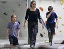 Angelina Jolie đưa hai con sinh đôi đi chơi