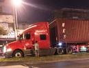 Tài xế có dấu hiệu bất thường, lái xe container lao lên dải phân cách
