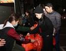Bạn trẻ dành cả đêm trắng mang áo ấm, quà Tết đến với người vô gia cư