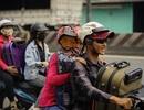 Trẻ nhỏ cùng cha mẹ trên xe máy rồng rắn về miền Tây