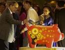 Bí thư Nhân lì xì... chú heo đất ở đường hoa Nguyễn Huệ