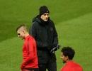 Các cầu thủ PSG luyện tập làm quen với mặt sân Old Trafford
