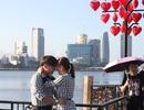 """Tình nhân náo nức """"check in"""" cầu tình yêu, chụp ảnh cưới trong ngày Valentine"""