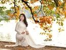 Thiếu nữ 9x tận hưởng vẻ lãng mạn mùa lộc vừng Hồ Gươm đổ lá vàng