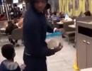Khách hàng McDonald's bỏ chạy tán loạn sau khi một người thả chuột khủng chạy dưới sàn