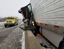 Ô tô bẹp dí sau tai nạn, tài xế sống sót kì diệu