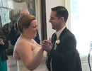 """Chú rể được cấy ốc tai ngay trước lễ cưới: """"Tôi nghe thấy tiếng vỗ tay"""""""